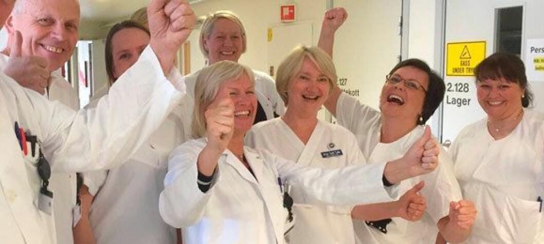 Anne Augestad Larsen (foran t.v.) jubler sammen med kollegene over tildelingen av stråleterapisenteret. Foto: Sykehuset Telemark