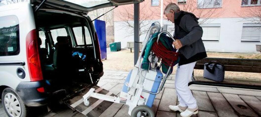 Rullende røntgen: En erfaren radiograf, en liten varebil og et 100 kilos røntgenapparat på hjul er det som skal til av fysiske ressurser for å kunne tilby en mobilrøntgentjeneste. Her er Sigmund Oswold ved Oslo universitetssykehus i aksjon.   Foto: Anne Elisabeth Næss