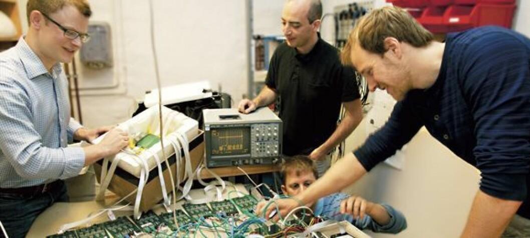 Partikkelfysikerne Erlend Bolle, David Volgyes, Michael Rissi og Kim Eigard Hones har utviklet helt ny teknologi som gjør det mulig å halvere strålingen fra en PET-scanner. PET-scanneren er dessuten konstruert så liten at den kan plasseres inne i en MR-maskin. MR- og PET-bildene kan tas samtidig. Foto: Yngve Vogt