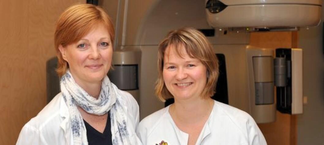 Haukeland-stråleterapeutene Grete May Engeseth og Turid Husevåg Sulen har fått Hold Pustens artikkelpris for 2010. Foto: Tone Stidahl