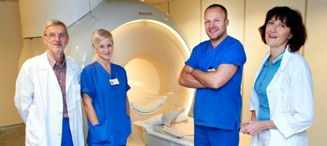 MR-maskinen ved Sykehuset Namsos kan ta pasienter opp til 250 kilo. Leder ved avdeling for bildediagnostikk, Sven A. Stafto (til venstre), sammen med fagradiografene Irina Fyrileiv, Jørgen Stiklestad og overlege Katharina Wünsche. (Foto: Bjørn Tore Ness, Namdalsavisa)