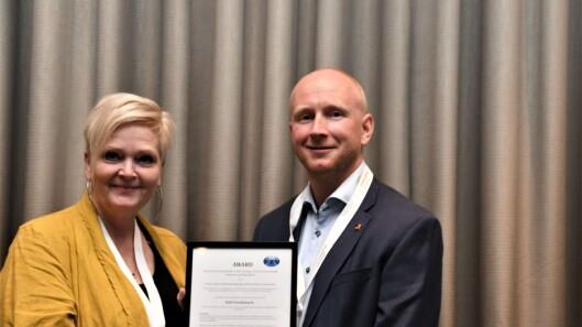 Charlotte Graungaard Falkvard fra det danske Radiograf Rådet delte ut prisen for kongressens beste foredrag til Rolf Svendsmark.