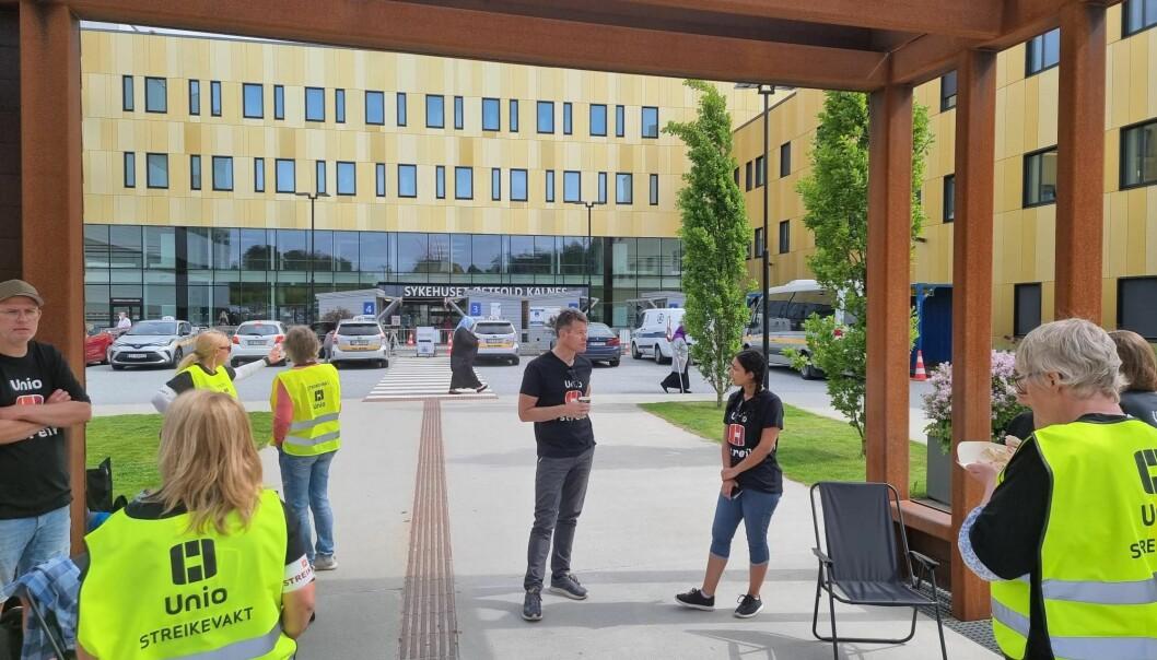 Bent R. Mikalsen møter streikende radiografer på Sykesuset Østfold Kalnes.